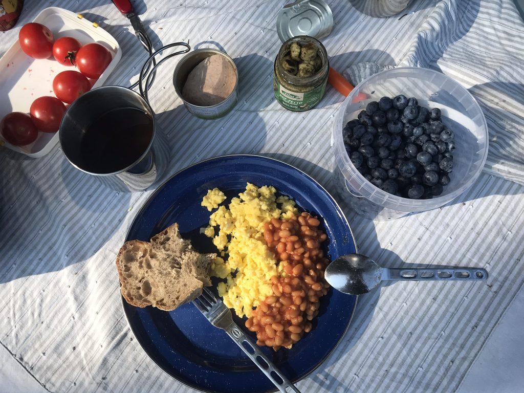 Frühstück im Zelturlaub - Ruhrei mit Baked Beans und Obst