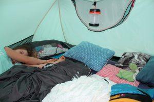 Kinderschlafsack für den Zelturlaub - Kind im Zelt mit Schlafsäcken