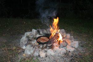 Würstchen auf dem Lagerfeuer beim Zelten Camping-Gericht