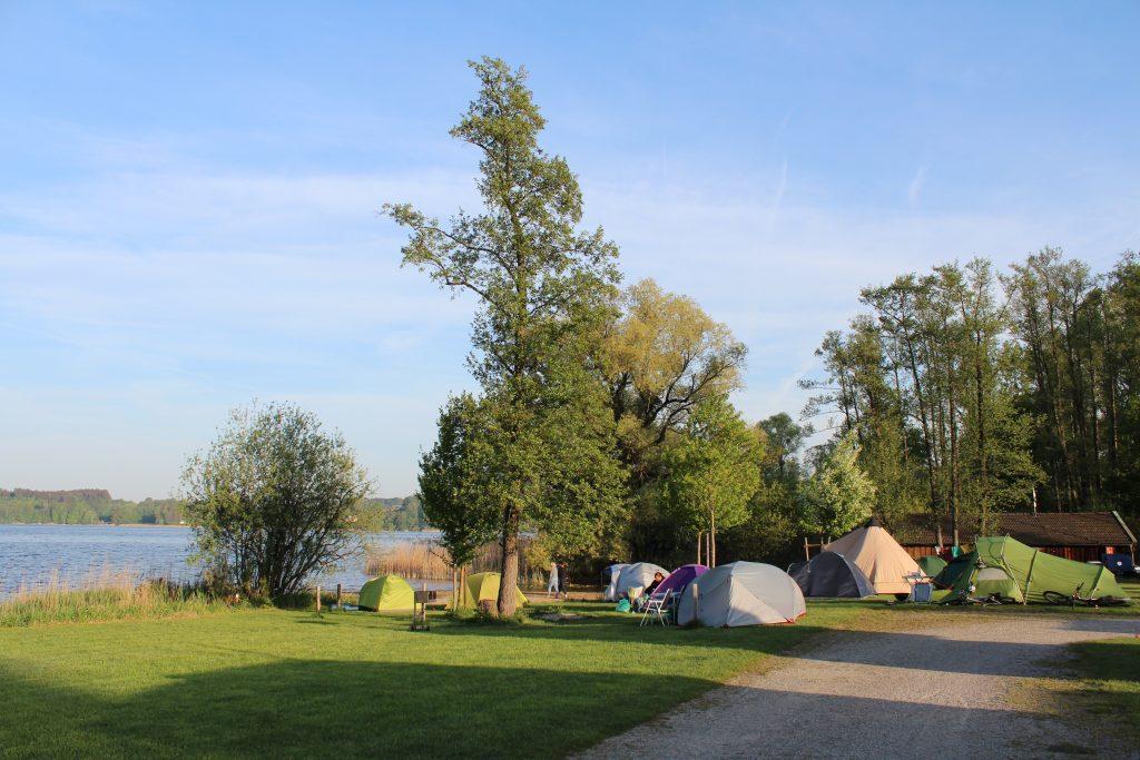Verschieden Zelttypen am See