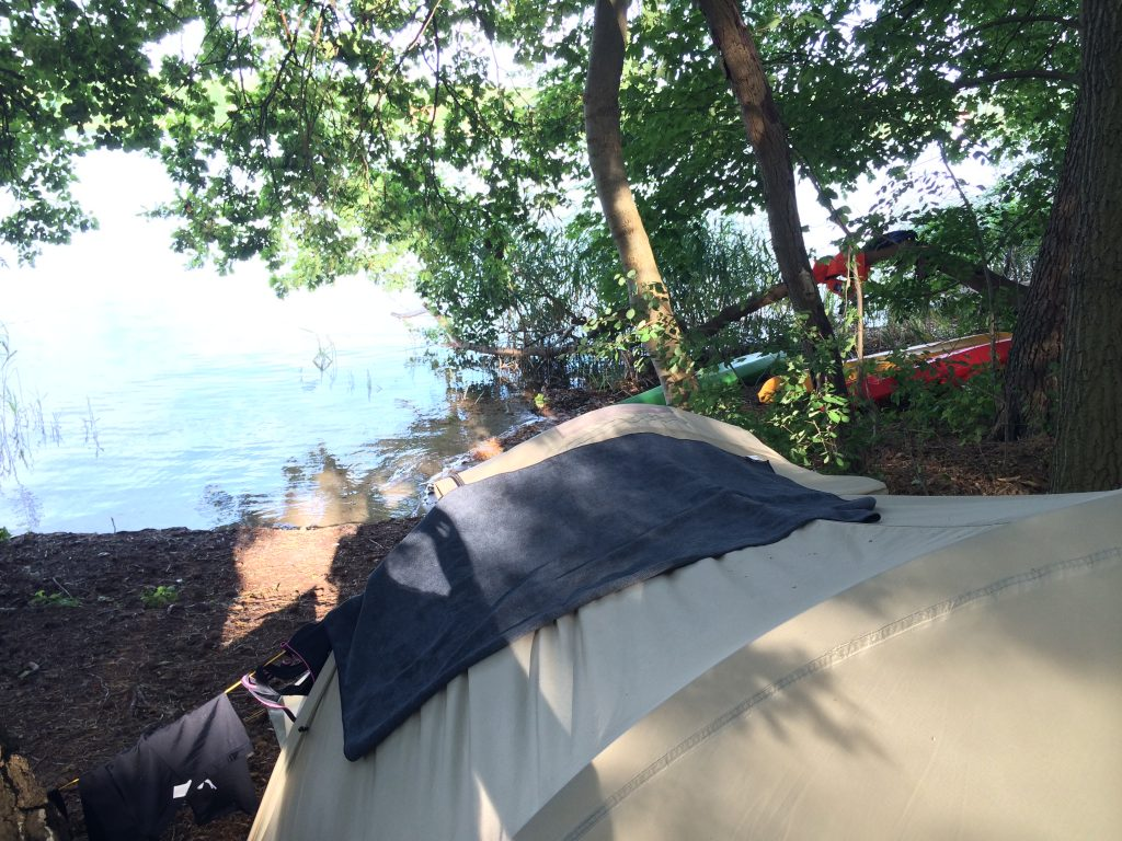 Zelten direkt am See im Wald - Natur pur