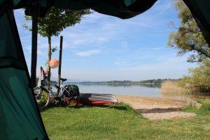 Zelten in Bayern - Camping Stein Zelt mit Ausblick auf Simssee und Berge im Hintergrund
