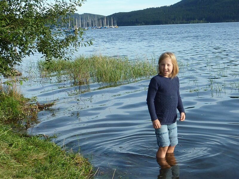 Camping im Schwarzwald: Kind im Schluchsee