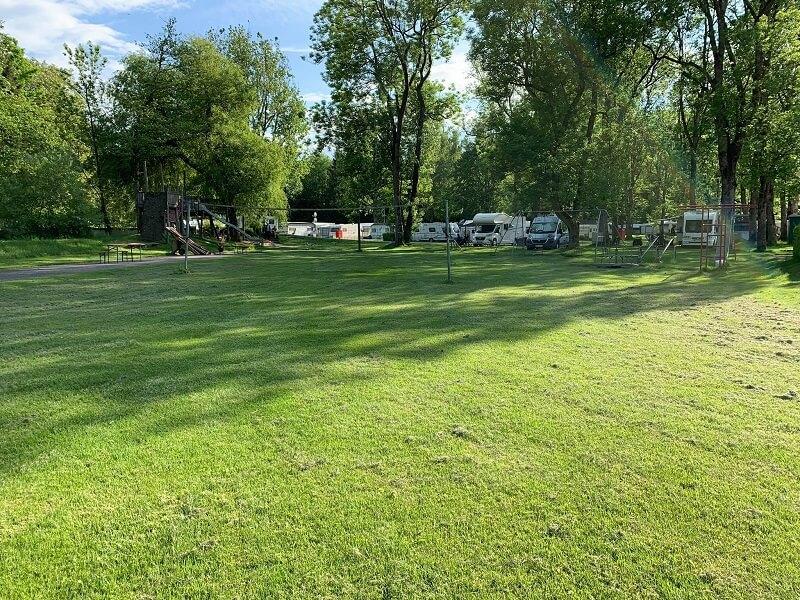 Spielplatz und Volleyball-Feld vom Park-Camping Iller