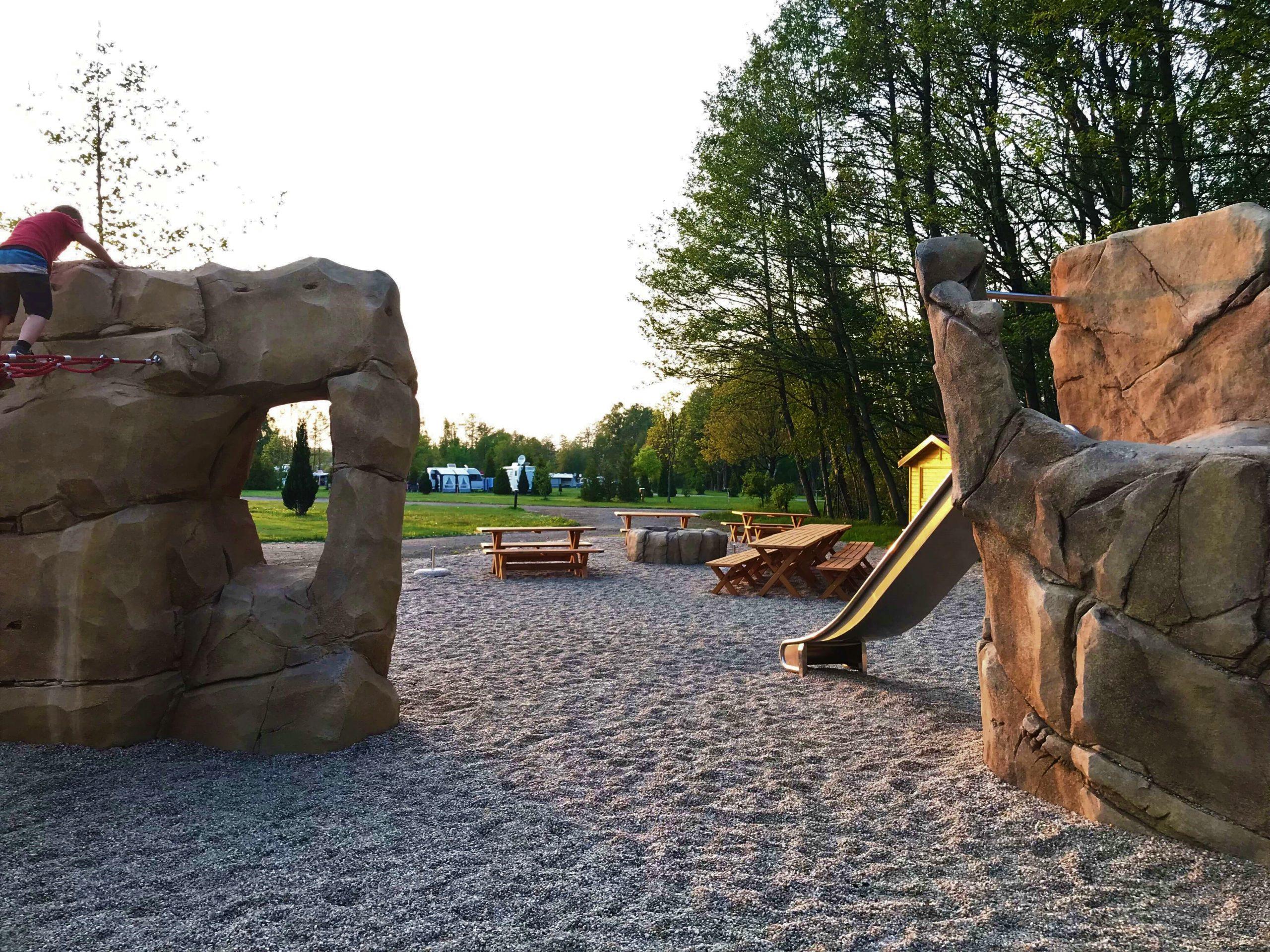 Felsenspielplatz mit sandsteinartigen Kletterelementen | © Erlebniscamping Lausitz