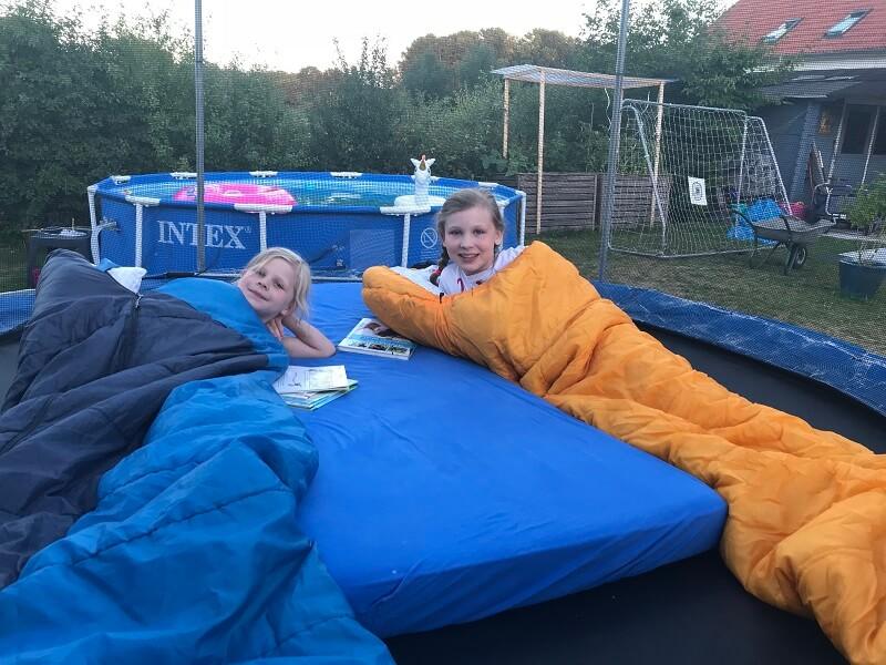 Kinder auf dem Trampolin im Schlafsack
