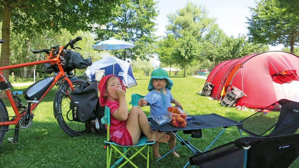 Buch Trekkingträume für Famiien: Kinder vorm Zelt