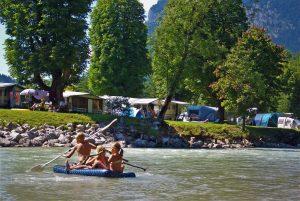 Grubhof Camping: Zelte und badende Kinder im Fluss Saalach