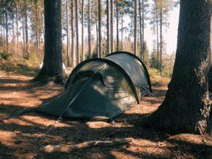 Camping im Schwarzwald: Einsam stehendes Zelt im Schwarzwaldcamp mitten im Wald