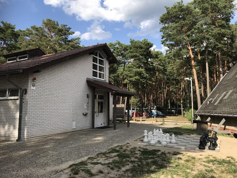 Sanitärgebäude und Schachspiel Campingplatz KrossinseeSanitärgebäude und Schachspiel Campingplatz Krossinsee