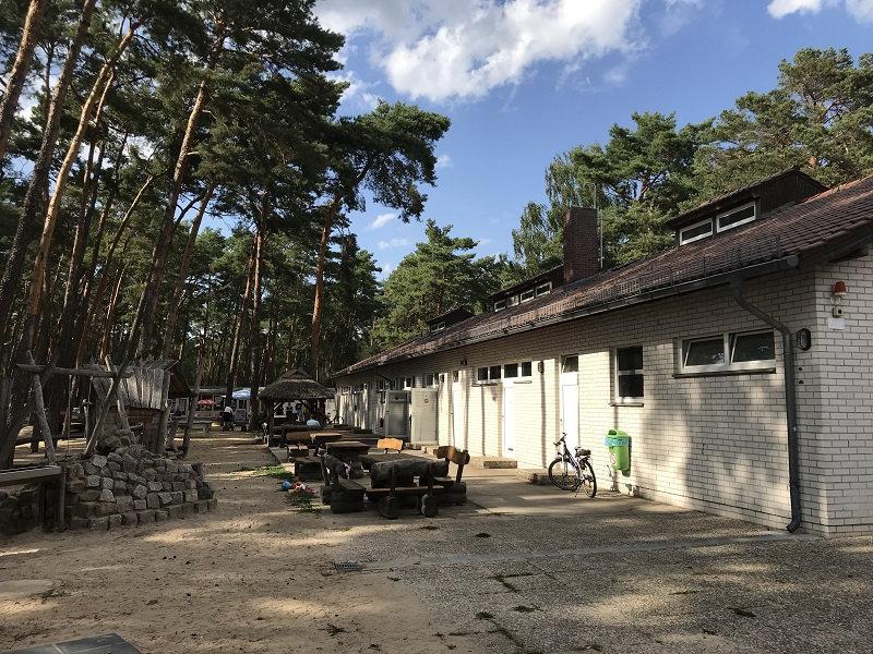 Sitzgelegenheiten vorm Sanitärgebäude Campingplatz Krossinsee