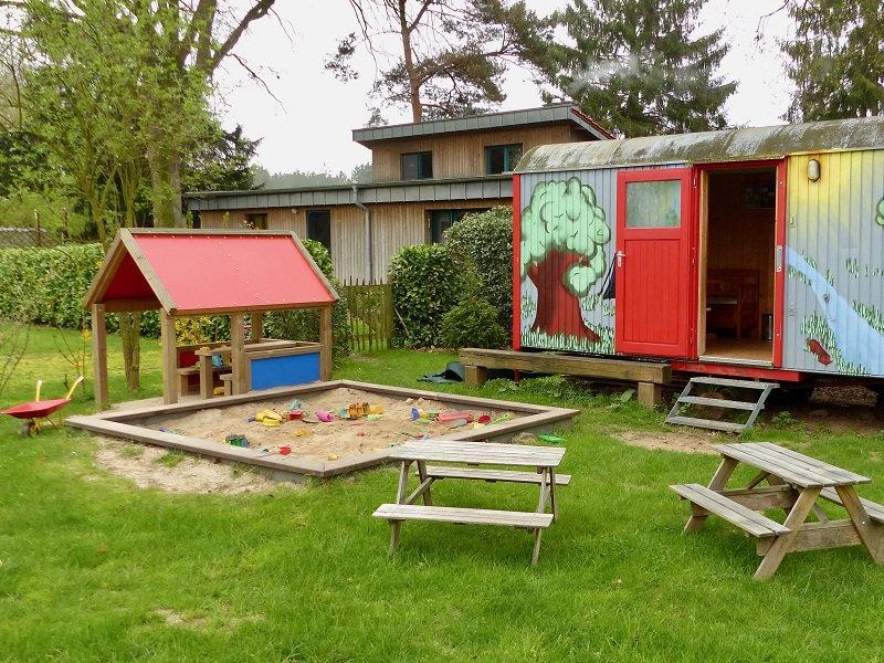 Spielplatz und Bauwagen