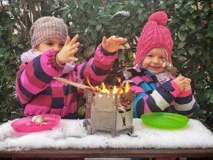 Zwei Kinder beim Marshmallow-Grillen über den FlexFire von Wikatech
