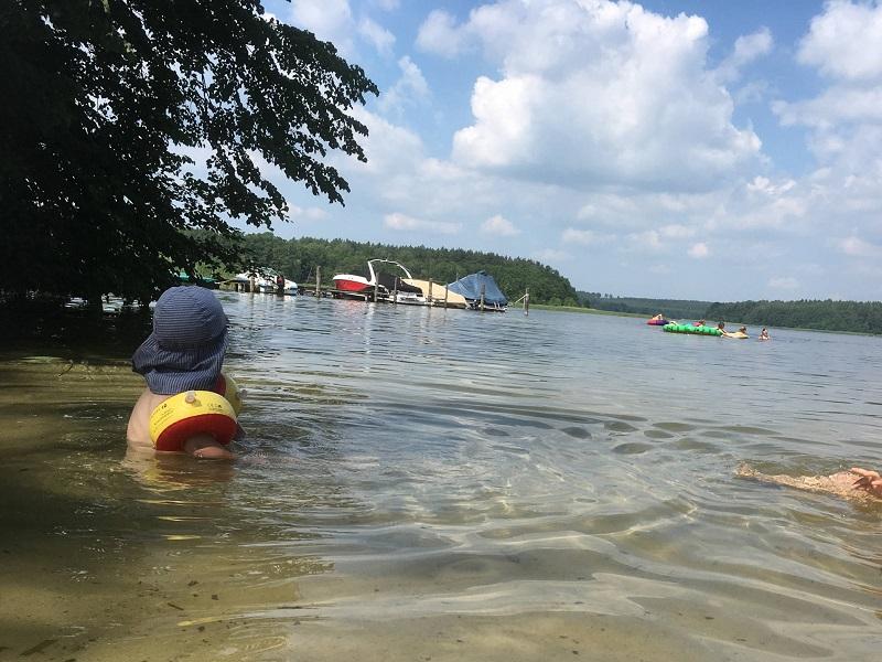 Badestelle und zwei Kinder vom Naturcampingplatz Kanucamp Canow