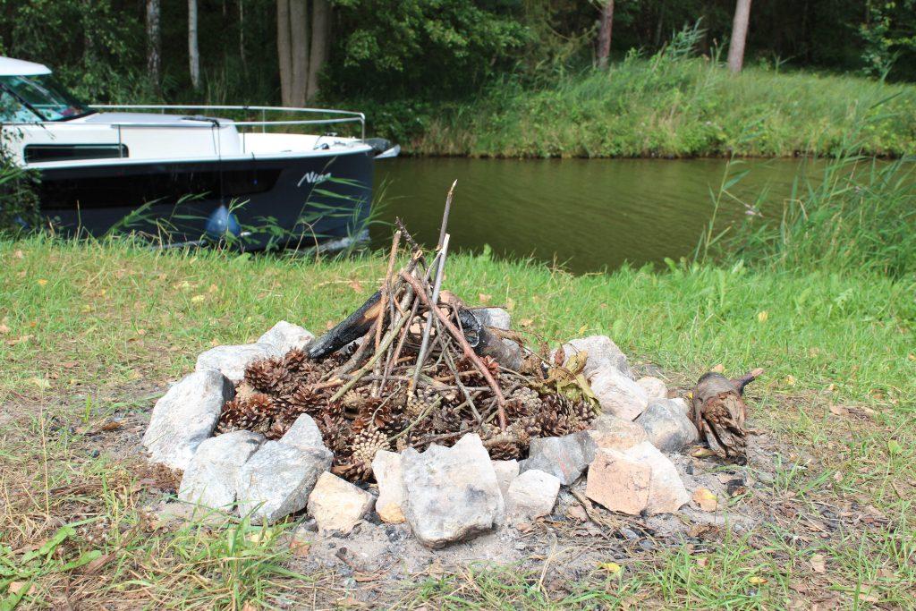 Feuermachen mit Kindern auf dem Campingplatz
