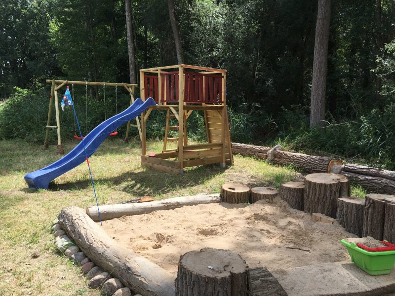 Spielplatz mit Rutsch, Schaukel und Sandkasten   © Naturcampingplatz Kanucamp Canow