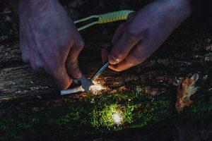 Feuerstarter beim Feuermachen von Wikatech