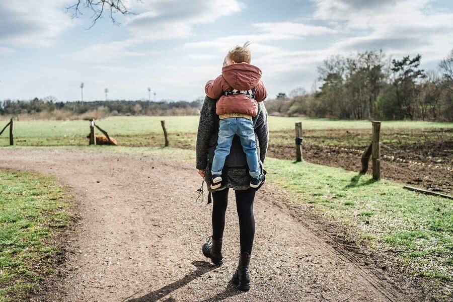 Kindertrage HOMB: Rucksack mit integrierter Rückentrage