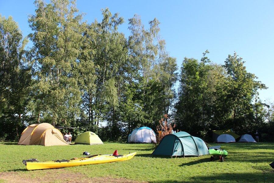 Zeltwiese Campingplatz Seeshaupt mit Kajaks und Zelten